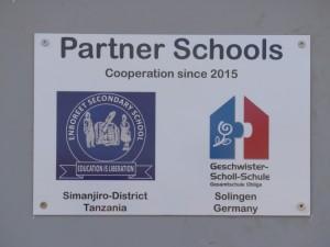 Ein Schild neben dem Eingang zur Mensa weist auf die Schulpartnerschaft hin